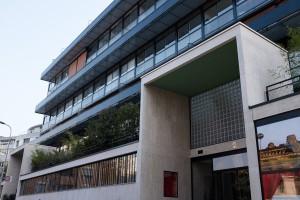 Vue de le façade principale et de l'entrée de l'Immeuble Clarté à Genève