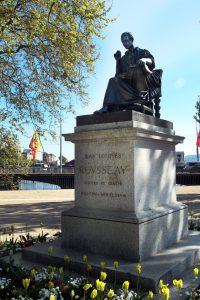 La statue de Jean-Jacques Rousseau se trouve sur l'île Rousseau, à Genève, en Suisse.