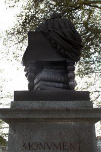 Pile de livre sous la chaise de Jean-Jacques Rousseau