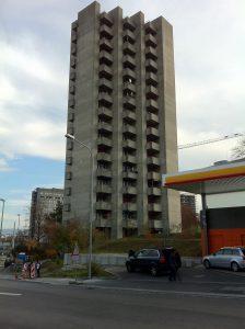 La Triemli Tower à Zurich. La tour d'habitation de 15 étages est également connue sous le nom de Hochhaus am Triemliplatz.