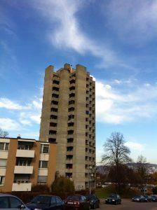 La Triemli Tower, la Hochhaus am Triemliplatz en allemand, vue depuis l'Uetliberg. On y voit la tour de style brutaliste et les balcons.