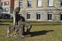 Statue Die steinerne Schwangere, parc UniS, Berne