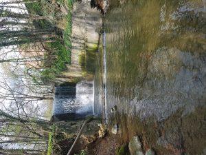 Site-des-Eaux-Minerales-de-Morges-petite-chute-riviere-la-morges-image-haute-definition